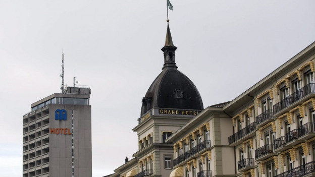 Die Kuppel des Grand Hotel Victoria und der Turm eines weiteren Hotels sind im Bild.