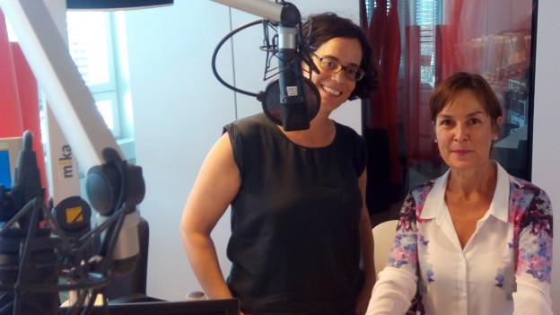 Alexandra Stark vom MAZ (links) und Helga Kesser von der ZHAW (rechts) im Radiostudio Zürich..