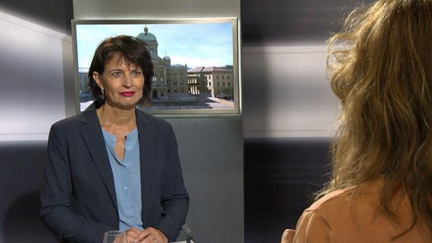 Bundesrätin Doris Leuthard im Studio im Medienzentrum Bundeshaus.