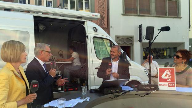 Politiker diskutieren mit Moderator Max Akermann