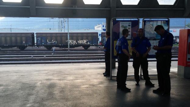 Polizisten am Bahnsteig in Buchs (St. Gallen).
