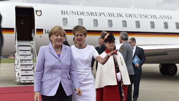 Die deutsche Bundeskanzlerin und unsere Bundespräsidentin auf dem Rollfeld.