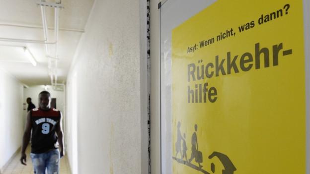 «Asyl, wenn nicht, was dann?» - Aufschrift auf einem Plakat in einem Asylzentrum.