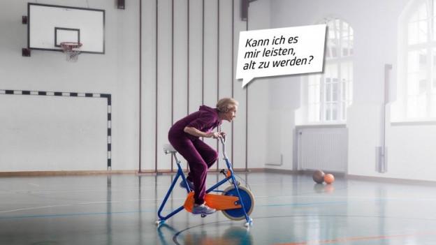 Eine ältere Frau auf dem Hometrainer in einer Turnhalle mit der Sprechblase: «Kann ich es mir leisten, alt zu werden?»