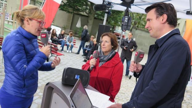 Die Grüne Nationalrätin Aline Trede (links) und FDP-Ständerätin Christine Egerszegi diskutieren im Hof des Generationenhauses in Bern.