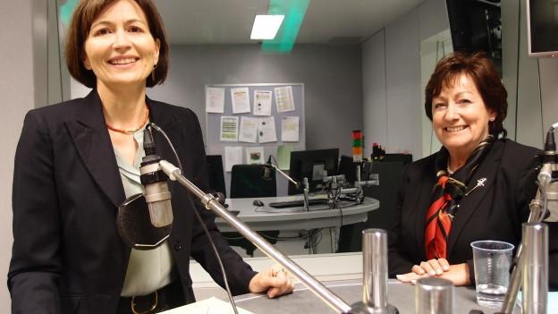 Die Nationalrätinnen Regula Rytz (Grüne, links) und Sylvia Flückiger (SVP) diskutierenim Studio Bern.