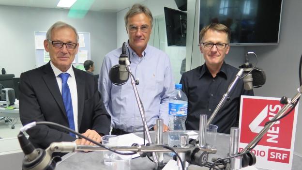 Am runden Tisch im SRF4-Studio stehen (von links nach rechts): Carlo Schmid, Peter Bertschi, Thomas D. Meyer.