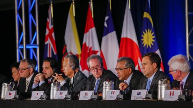Regierungsvertreter der TPP-Länder geben ihren Beschluss vor den Medien bekannt.