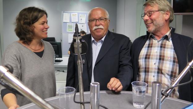 Michelle Beyeler, Lieni Füglistaller und Daniele Piazza (v.l.) diskutieren im Radiostudio Bern die innenpolitischen Themen der Woche.