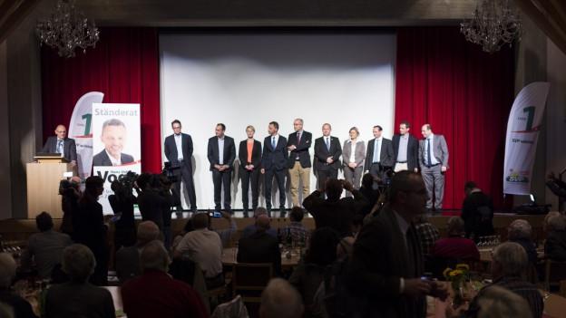 Aufnahme der neugewählten Mitglieder der SVP Zürich auf einer Bühne.