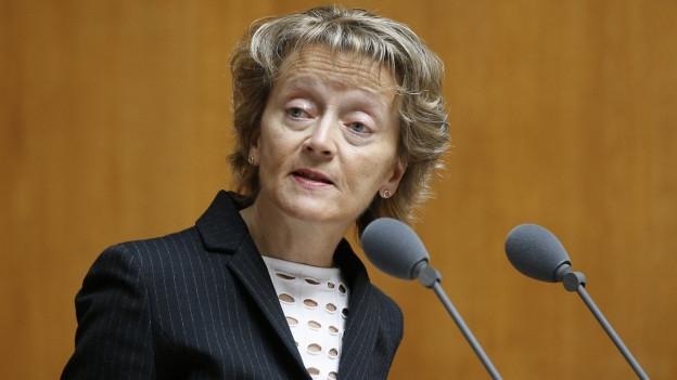 Eveline Widmer-Schlumpf am Mikrofon in der grossen Kammer.