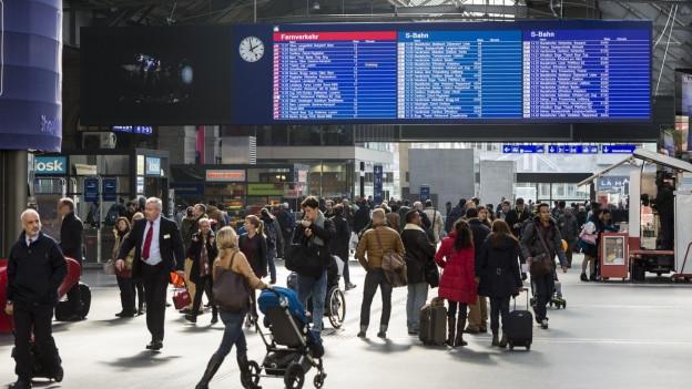Zu sehen ist die neue Anzeigetafel im Hauptbahnhof Zürich. Umstritten ist die Idee der SBB, dass ihre Züge nicht mehr auf verspätete Anschlusszüge warten sollen.