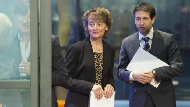 Zu sehen sind Bundesrätin Widmer-Schlumpf am Tag ihrer Rücktrittsankündigung, zusammen mit Bundesratssprecher André Simonazzi.