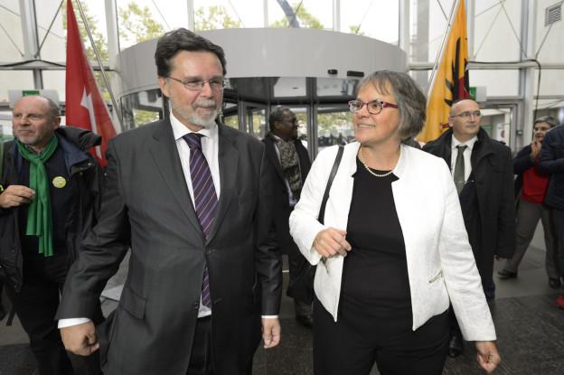 Liliane Maury Pasquet (SP) und Robert Cramer (GP) nach den eidgenössischen Wahlen vom 18. Oktober 2015, sie stehen nebeneinander, hinter ihnen ist eine Schweizer und die Genfer Flagge zu erkennen.