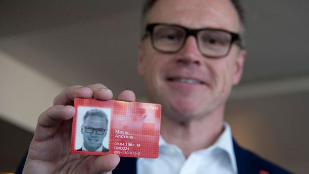 Andreas Meyer, CEO SBB AG, zeigt seinen SwissPass nach der Medienkonferenz über das Programm «RailFit20/30» zur Kostensenkung und Überprüfung der Angebots- und Betriebskonzepte in Bern am Donnerstag, 5. November 2015.