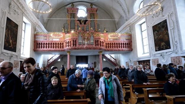 Gläubige in der Kirche von Bürglen im Kanton Ursi