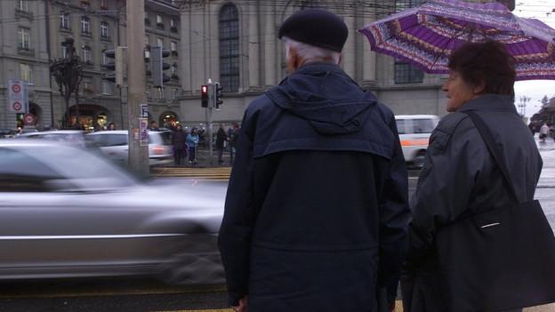 Ein älteres Paar am Bahnhof Bern
