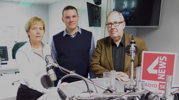 Zu sehen sind im SRF4News-Studio von links nach rechts: Dora Andres, Georg Lutz, Hans Kaufmann.