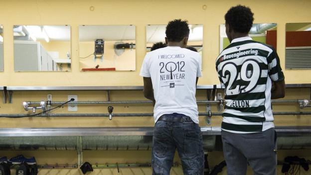 Zu sehen sind zwei Asylsuchende in der Zivilschutzanlage Dagmersellen, anlässlich eines Tags der offenen Tür im März 2015.