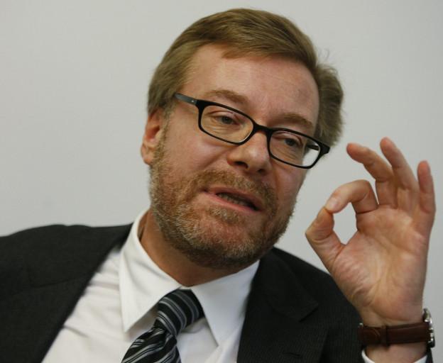 Der Zürcher Ex-Regierungsrat Markus Notter, rötliche, kurze Haare, schwarze Brille, Sakko und Schlips, im Porträt, er hebt die linke Hand wie ein Dirigent (Bild vom 25. August 2006).