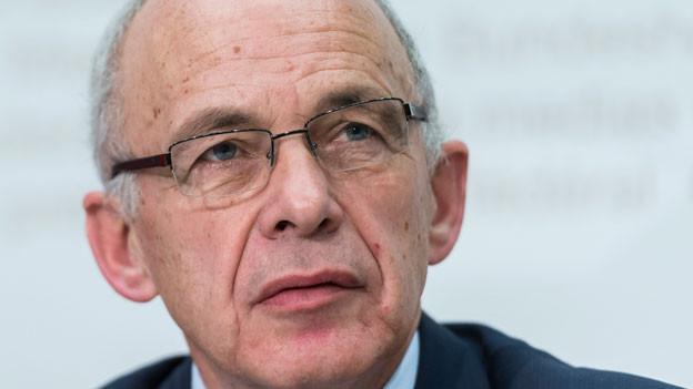 Bundesrat Ueli Maurer spricht über den Sicherheitsbericht des Bundesrates zu den Medien, an der wöchentlichen Medienkonferenz im Anschluss an die Bundesratssitzung, am Mittwoch, 11. November 2015, in Bern.
