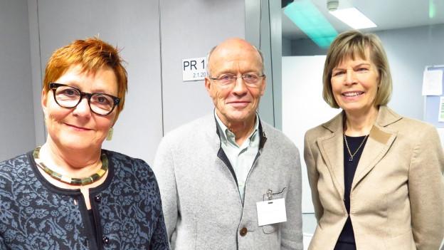 Cécile Bühlmann, Hans Geiger und Erika Forster (v.l.) im Studio von Radio SRF.