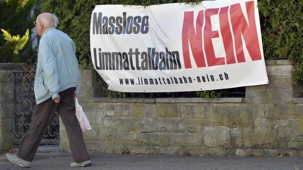 Der Widerstand gegen die Limmattalbahn ist in den Standortgemeinden gross: Zu sehen ist ein Abstimmungsplakat in Dietikon (ZH).