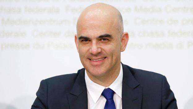 Bundesrat Alain Berset während einer Medienkonferenz über die geplante Teilrevision des Ergänzungsleistungsgesetzes am 25. November 2015 in Bern.