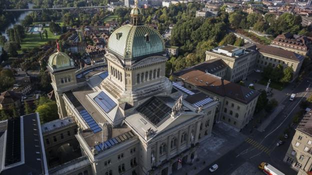 Sicht auf das Bundeshaus und den Bundesplatz in Bern aus der Vogelperspektive.
