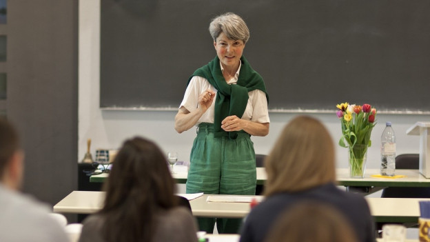 Die Professorin Christa Tobler hält einen Vortrag am Europainstitut in Basel.