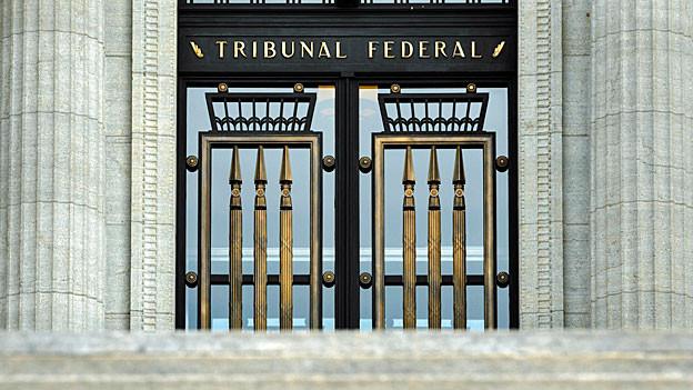 «Tribunal Federal» steht in goldenen Lettern über der Tür des Bundesgerichts in Lausanne.
