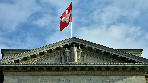 Über dem Bundesgericht in Lausanne weht eine Schweizer Flagge.