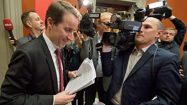SVP-Bundesratskandidat Thomas Aeschi wird von den Medien bedrängt.
