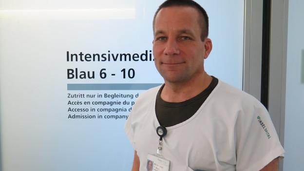 Der Forschungsleiter Tobias Merz vor der Tür zur Intensivstation im Inselspital.