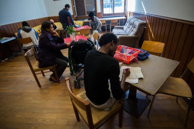 Flüchtlinge beim Deutschlernen in einer Sonderklasse.