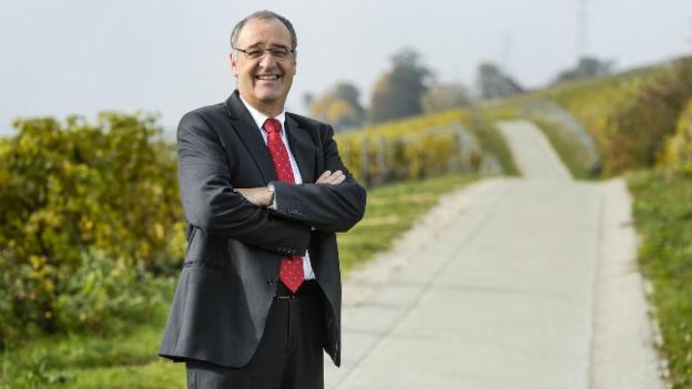 Der neue Bundesrat Guy Parmelin inmitten seiner Weinreben.