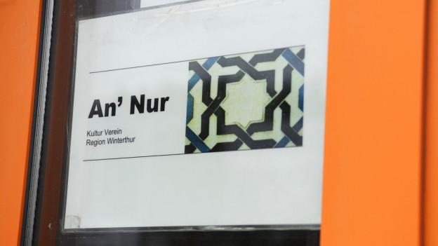 Türschild am Eingang der An'Nur-Moschee in Winterthur.