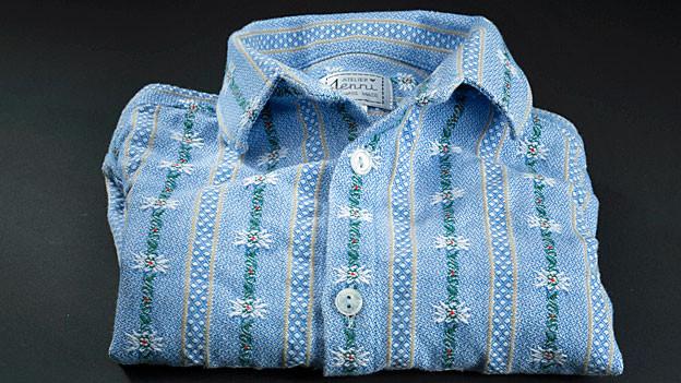 ein hellblaues Hemd mit Edelweissmuster.