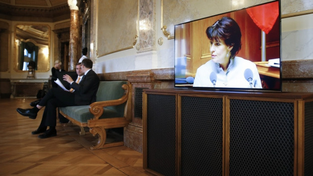 Medienministerin Doris Leuthard auf einem Bildschirm in der Wanderhalle.