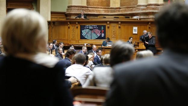 Nationalräte stimmen während den Schlussabstimmungen am letzten Tag der Wintersession 2015 ab.