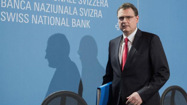 SNB-Präsident Thomas Jordan schreitet auf die Bühne.