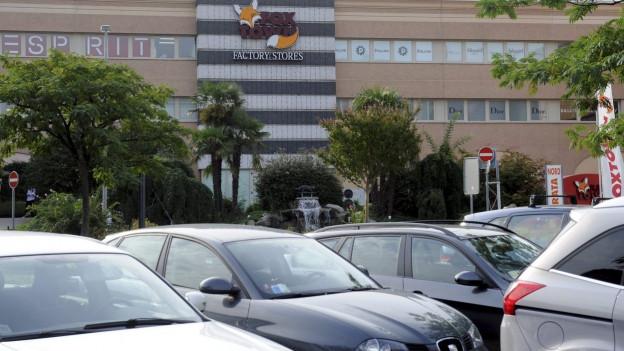 Das Bild zeigt den Parkplatz vor dem Outlet-Center Fox Town in Mendrisio – eines der Unternehmen, das durch die neue Parkplatzgebühr im Tessin zur Kasse gebeten würde.