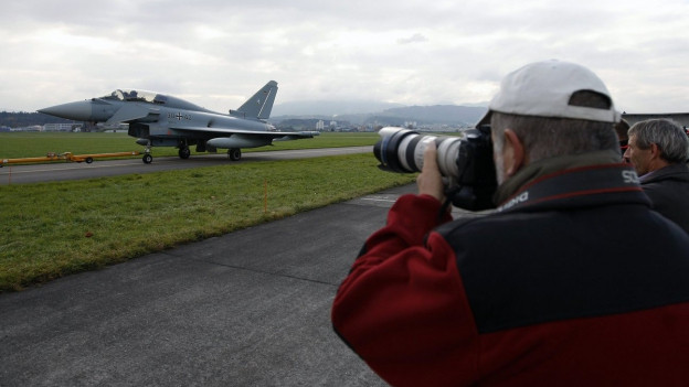 Aviatik Fans fotografieren einen Militärjet.