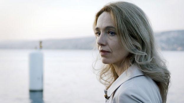 Die Schauspielerin Ursina Lardi - stehend am See.