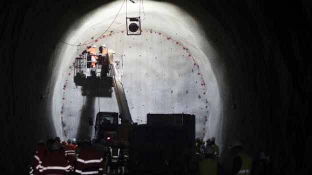 Zu sehen ist das Innere des Ceneri-Tunnels kurz vor dem Durchstich.