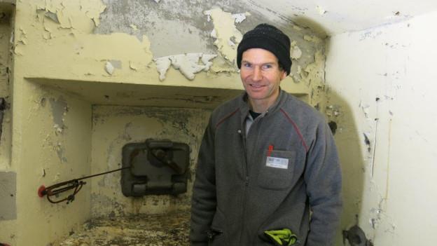 Jean-Pierre Mesot von armasuisse vor einer Schiessscharte