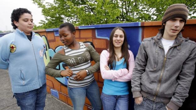 Schüler mit Migrationshintergrund auf dem Pausenplatz.