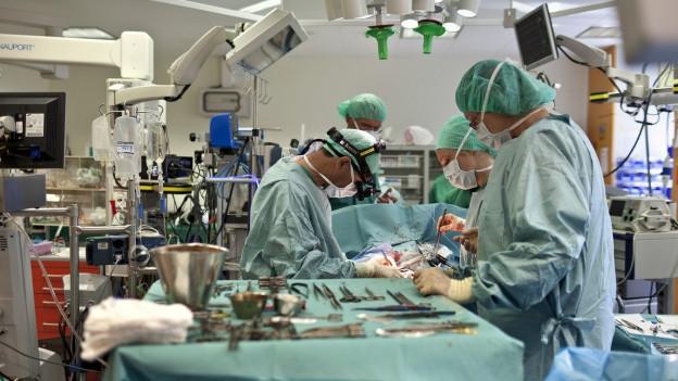 Ärzte operieren ein Kind.
