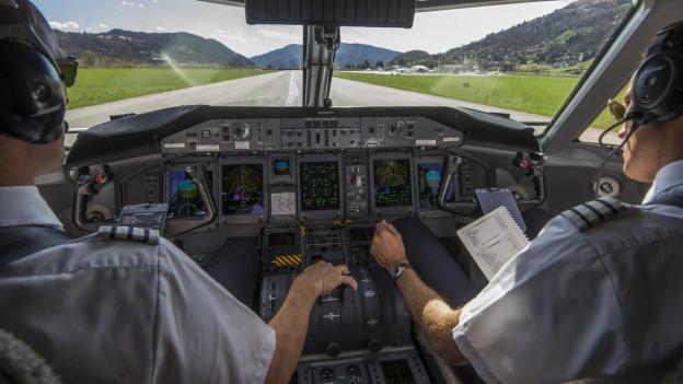Der Blick ins Cockpit beim Anflug auf den Flughafen Lugano.