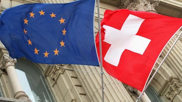 Flaggen der Europäischen Union und der Schweiz.